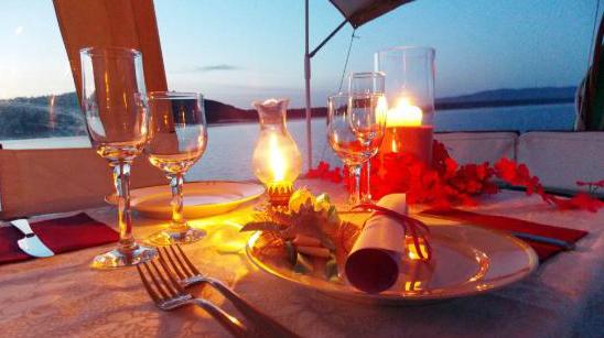 Cena romantica bari puglia organizza una cena romantica a bari in barca - Cena romantica con velas ...